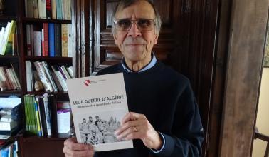 L'auteur avec le projet de couverture du livre